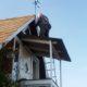 Kex monterar den nya vindflöjel: en drakflygare som Ann ritade