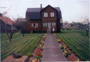 Wohnhaus mit brauner Fassade