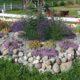 nytt: ett större stenpartie på gården (det är Ann som arbetar med trädgården)