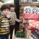 Flyktingsbarn på Lundegård tar emot julklapparna